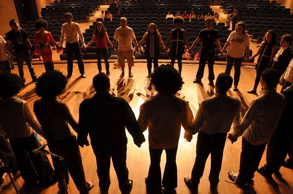színpad fiatalokkal