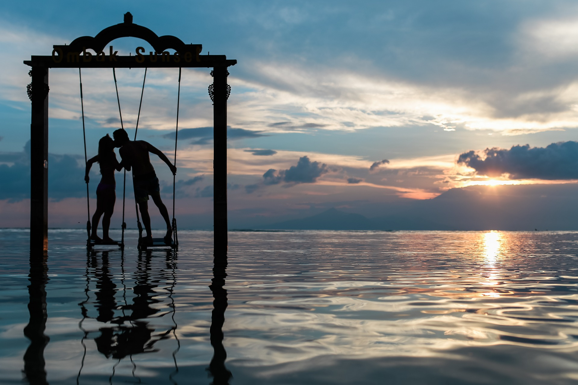 Hintázó pár a tenger felett
