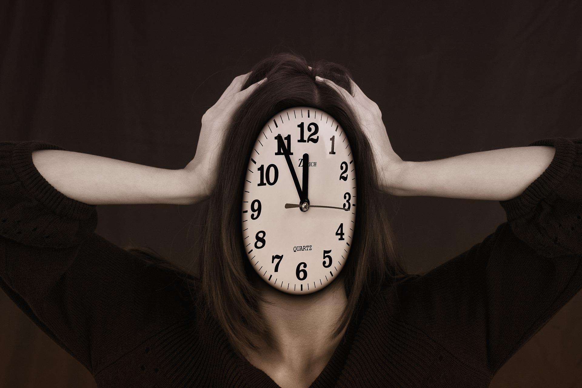 Egy nő fogja a fejét, de az arca helyén egy óra van