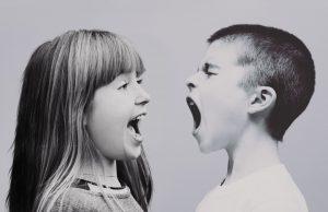 egy kislány és egy kisfiú kiabál egymással