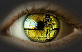 Egy női szemgolyóban erőszak tükröződik